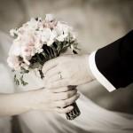 Hochzeitspaar Hände Blumenstrauß - Ringhotel Landhaus Nicolai