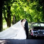 Hochzeitpaar mit Oldtimer - Ringhotel Landhaus Nicolai  in der S