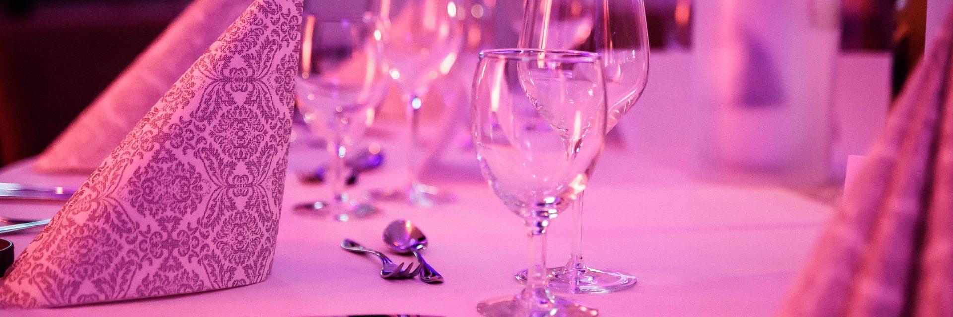 Bogen-Event-Halle für größere Hochzeiten mit Tanzfläche & großzügiger Terrasse