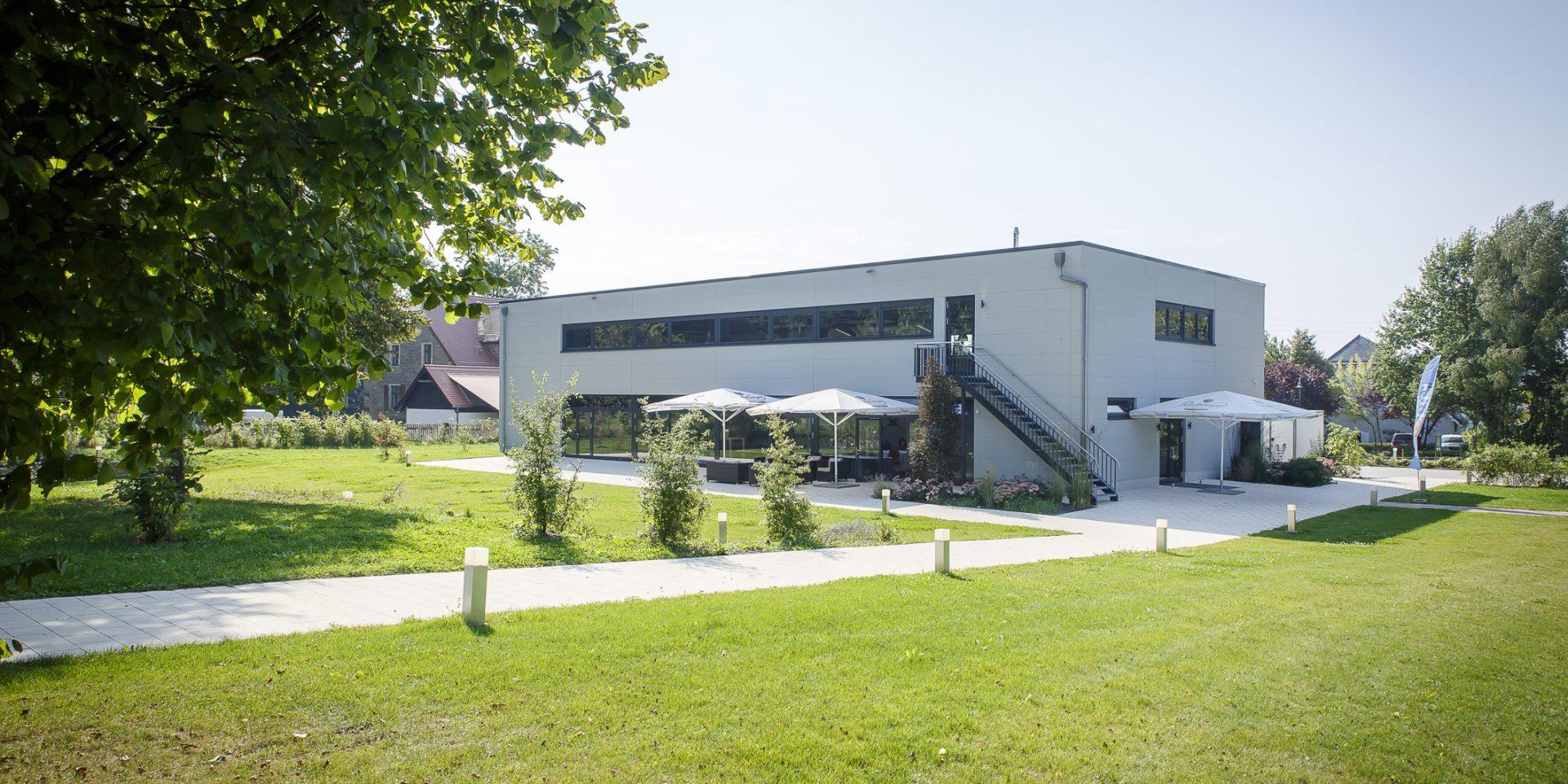 Bogen-Event-Halle mit Grünanlage